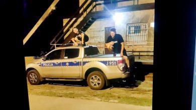 Skakali po radiowozach, a zdjęcia zamieścili w internecie. Nastolatkom grozi do 5 lat więzienia (fot.Policja Opolska)
