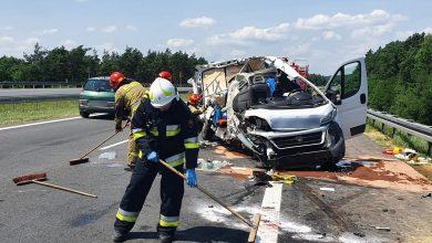 Śmiertelny wypadek na A4 w Imielinie zablokował autostradę na Katowice. Dostawczak kompletnie zmiażdżony (fot.Policja Śląska)