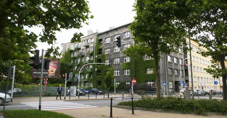 Mieszkańcy Katowic, którzy mieszkają w budynku z zielonym dachem, ogrodem wertykalnym czy zieloną ścianę, mogą zostać zwolnieni z podatku od nieruchomości. Taką decyzję podjęli dzisiaj radni.