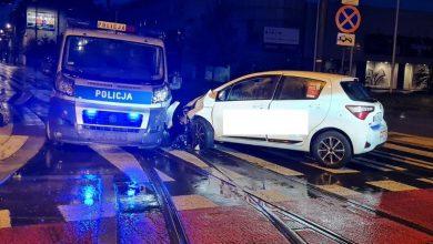 Po narkotykach, bez prawka i prosto w radiowóz! Trzech policjantów rannych w zderzeniu z szaleńczo jadącym 22-latkiem (fot.policja)