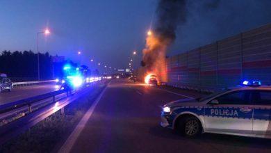 Nie wahał się ani sekundy. Policjant pomógł rodzinie uciec z płonącego pojazdu (fot.policja.pl)