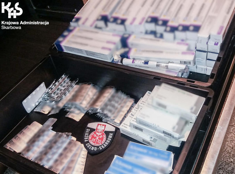 Pełna walizka sterydów i preparatów hormonalnych. Przywiózł to z wakacji [WIDEO]. Fot. Śląska KAS