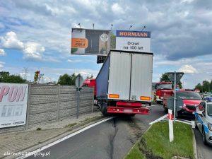 W Mikołowie, z DK 81 w stronę Katowic zjechała ciężarówka. Można pół żartem - pół serio powiedzieć, że ciągnęło wilka do lasu, bo TIR przebił ogrodzenie i wjechał częściowo na terenie... bazy firmy transportowej. (fot.www.112tychy.pl)