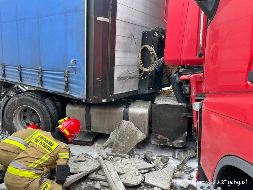 Ciężarówka na DK 81 w Mikołowie wypadła z drogi i... wpadła do bazy transportowej  (fot.www.112tychy.pl)