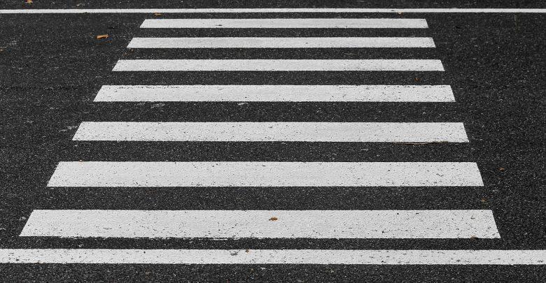 Policyjny, nieoznakowany radiowóz potrącił 78-letnią kobietę na przejściu dla pieszych (fot.pixabay.com - poglądowe)