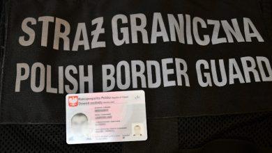 Ustalono, że wszyscy zatrzymani mężczyźni to obywatele Syrii. Piątce obcokrajowców przedstawiono zarzutprzekroczenia granicy RP wbrew obowiązującym przepisom przy użyciu podstępu oraz posłużenie się podrobionym dokumentem jako autentycznym. [fot. Śląski Oddział Straży Granicznej]