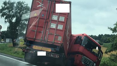 Zablokowany częściowo ruch samochodów na DK 1 w kierunku Bielska-Białej. Do rowy wpadła ciężarówka, na miejscu jest już policja (fot.Paweł Ćwikliński)
