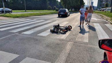 Groźny wypadek w Tychach. Na jezdni w ciągu ulicy Niepodległości potrącony został mężczyzna na hulajnodze. Wszystko miało miejsce na oznakowanym przejściu dla pieszych (fot.www.112tychy.pl)