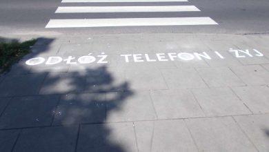 """Częstochowa znakuje przejścia dla pieszych. """"Odłóż telefon i żyj"""". Fot. UM Częstochowa"""