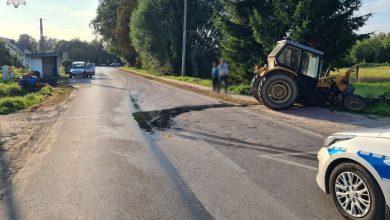 Traktor zderzył się z osobówką. Maszyna prawie rozpadła się na pół (fot.Policja Lubelska)