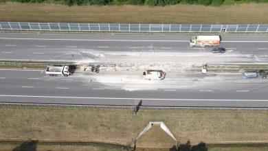 W chwili przybycia służb ratowniczych kierowca samochodu ciężarowego znajdował się poza pojazdem, z którego wyszedł o własnych siłach.