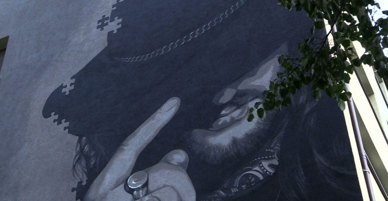 Mural z wizerunkiem legendarnego wokalisty Dżemu jest już gotowy. Powstał na bloku w Tychach, w którym mieszkał Rysiek Riedel