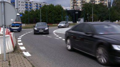 Zmiany na rondzie Ziętka w Katowicach wchodzą kierowcom do głów opornie. A policja ostrzega