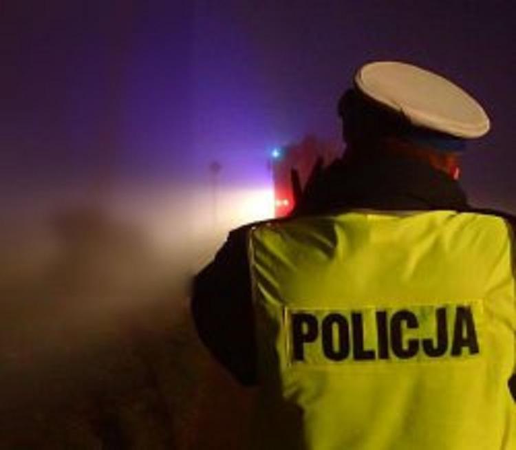 24-latek, nie widząc innej szansy na wyrwanie się z obławy - postanowił ruszyć i rozjechać dwóch policjantów!