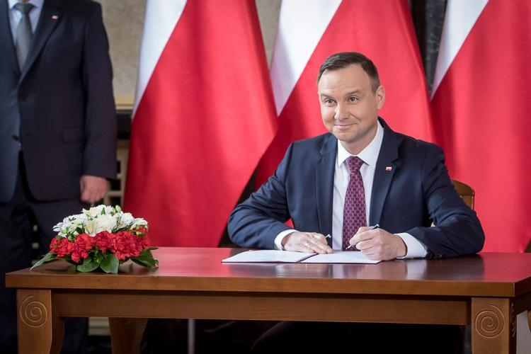 Prawie 2 mld złotych dla TVP i Polskiego Radia. Prezydent podpisał ustawę